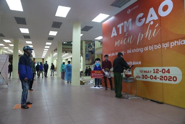 Người nghèo Hà Nội đội mưa rét đi rút gạo miễn phí - 1