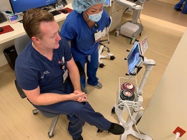 Mùa Covid-19, bệnh viện dùng iPad và Zoom để kiểm tra bệnh nhân - 2