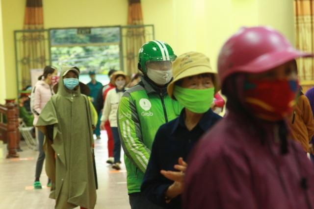 Người nghèo Hà Nội đội mưa rét đi rút gạo miễn phí - 4