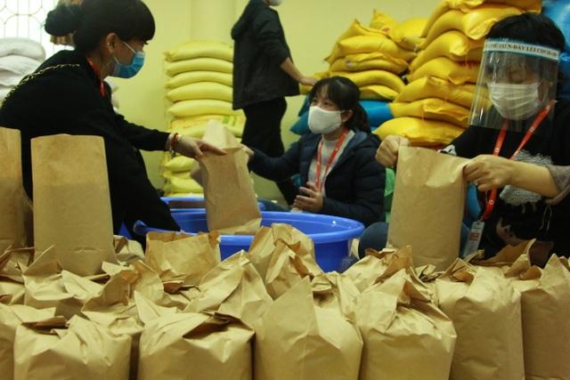 Người nghèo Hà Nội đội mưa rét đi rút gạo miễn phí - 8