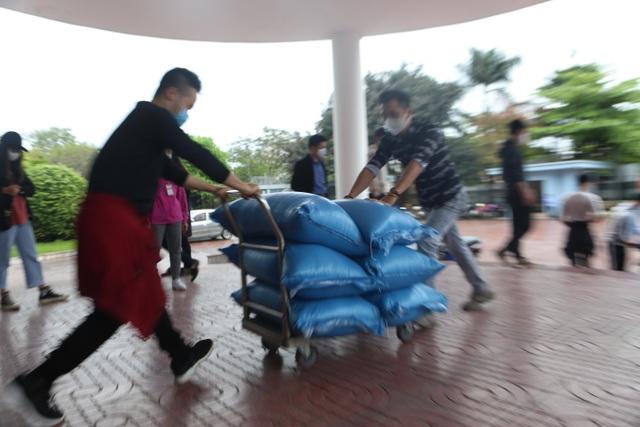 Người nghèo Hà Nội đội mưa rét đi rút gạo miễn phí - 9