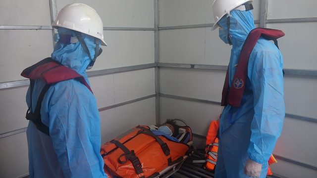 Vượt sóng cứu ngư dân bị tai biến nguy kịch ngoài Hoàng Sa - 1