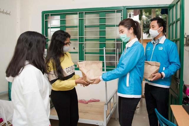 Huyền My tới xóm chạy thận Bạch Mai tặng những suất ăn ấm lòng mùa dịch - 4