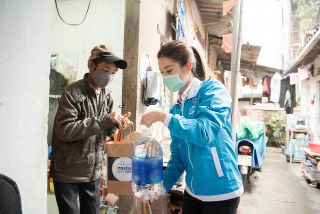Huyền My tới xóm chạy thận Bạch Mai tặng những suất ăn ấm lòng mùa dịch - 1