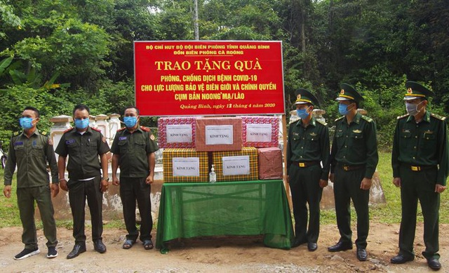 Tặng vật tư y tế, nhu yếu phẩm cho lực lượng chống dịch nước bạn Lào - 1