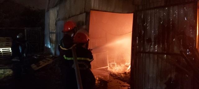Hỏa hoạn thiêu rụi khu nhà xưởng ngay trong bãi giữ xe ô tô - 4