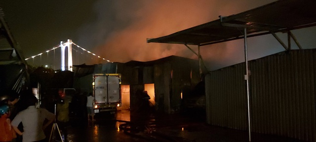 Hỏa hoạn thiêu rụi khu nhà xưởng ngay trong bãi giữ xe ô tô - 1