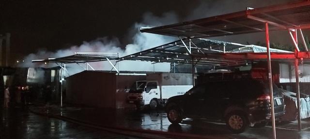 Hỏa hoạn thiêu rụi khu nhà xưởng ngay trong bãi giữ xe ô tô - 2