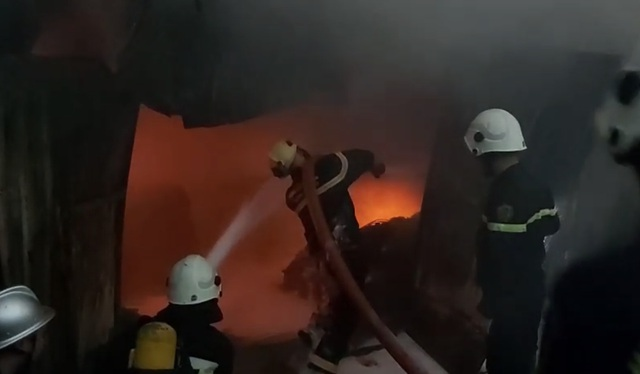 Hỏa hoạn thiêu rụi khu nhà xưởng ngay trong bãi giữ xe ô tô - 5