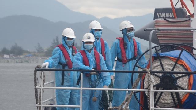 Vượt sóng cứu ngư dân bị tai biến nguy kịch ngoài Hoàng Sa - 2