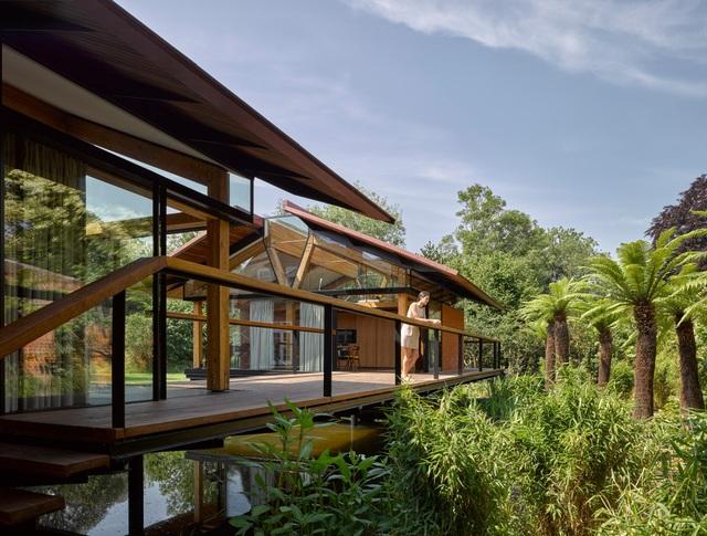 """Ngôi nhà nằm giữa hồ với mái nhà """"chẻ đôi"""": Sáng đón nắng, đêm ngắm sao - 1"""