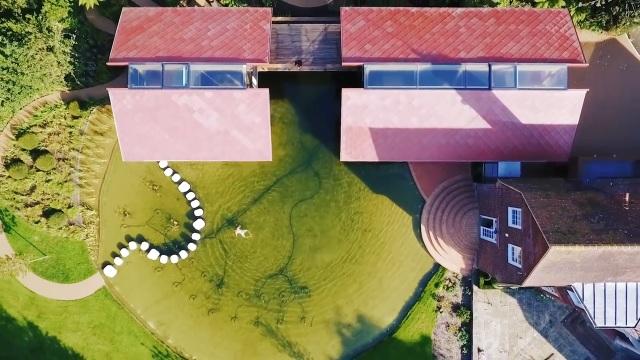 """Ngôi nhà nằm giữa hồ với mái nhà """"chẻ đôi"""": Sáng đón nắng, đêm ngắm sao - 7"""