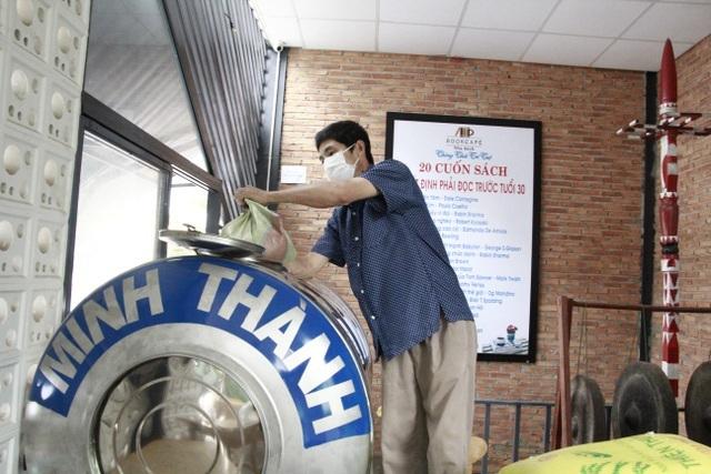 Người nghèo xúc động rơi nước mắt khi được nhận gạo từ ATM - 12