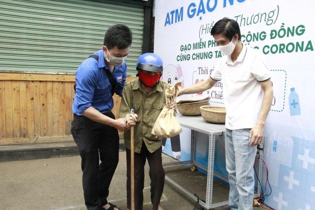 Người nghèo xúc động rơi nước mắt khi được nhận gạo từ ATM - 14