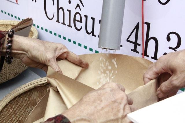 Người nghèo xúc động rơi nước mắt khi được nhận gạo từ ATM - 2