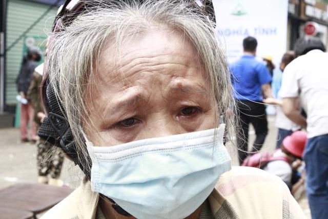 Người nghèo xúc động rơi nước mắt khi được nhận gạo từ ATM - 5