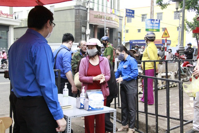 Người nghèo xúc động rơi nước mắt khi được nhận gạo từ ATM - 9