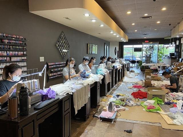Báo Mỹ ca ngợi các tiệm làm móng của người Việt tặng đồ bảo hộ chống dịch  - 1