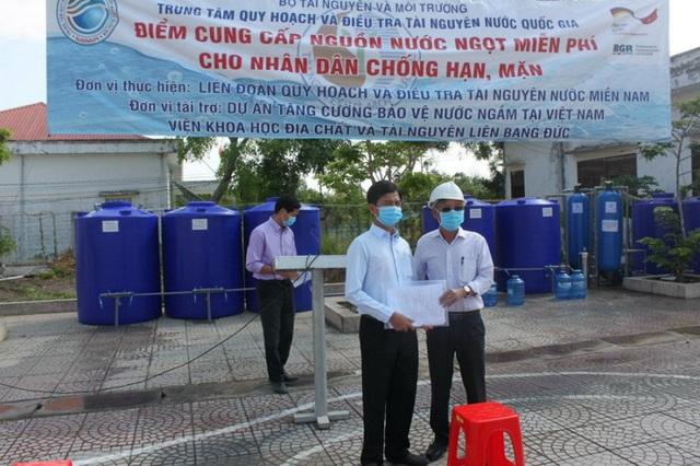 Hàng nghìn dân vùng hạn mặn tiếp tục được cung cấp nước sạch miễn phí - 1