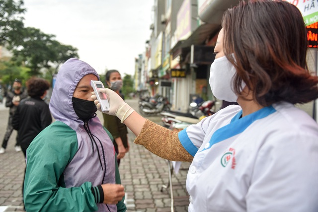 300 chiếc bánh ấm nóng trao tặng người nghèo trong ngày Hà Nội trở lạnh - 4