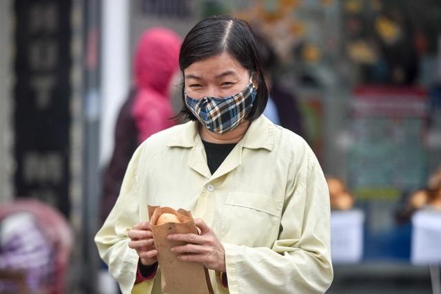 300 chiếc bánh ấm nóng trao tặng người nghèo trong ngày Hà Nội trở lạnh - 10