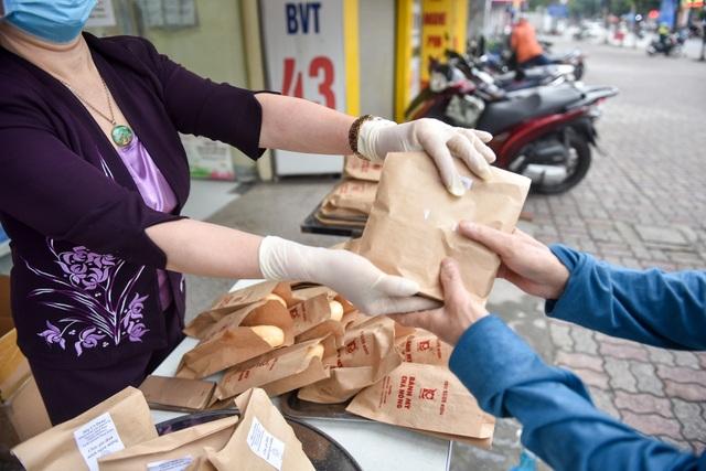 300 chiếc bánh ấm nóng trao tặng người nghèo trong ngày Hà Nội trở lạnh - 6