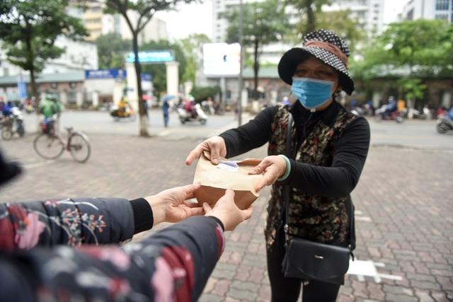 300 chiếc bánh ấm nóng trao tặng người nghèo trong ngày Hà Nội trở lạnh - 11