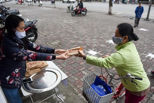 300 chiếc bánh ấm nóng trao tặng người nghèo trong ngày Hà Nội trở lạnh - 9