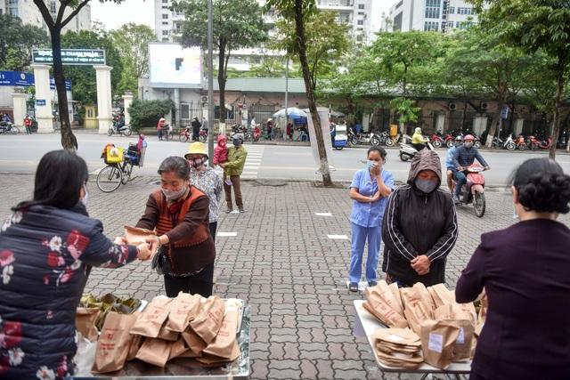 300 chiếc bánh ấm nóng trao tặng người nghèo trong ngày Hà Nội trở lạnh - 1