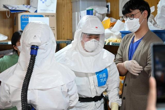 Người nhiễm virus corona có thể lây cho người khác trong bao lâu? - 1