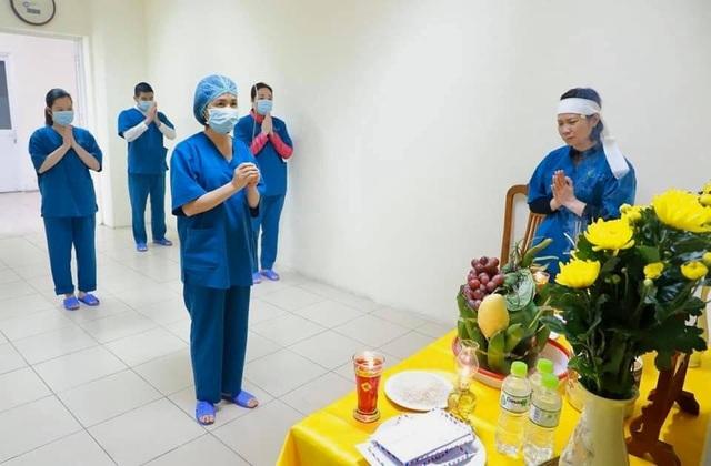 Nữ điều dưỡng lập bàn thờ chịu tang cha trong bệnh viện dã chiến - 1