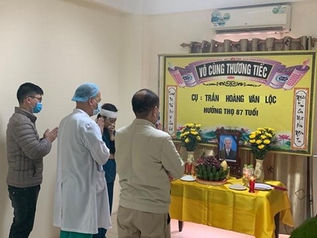 Nữ điều dưỡng lập bàn thờ chịu tang cha trong bệnh viện dã chiến - 2