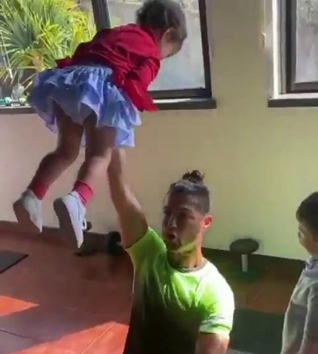 C.Ronaldo tập gym cùng… các con nhỏ - 2