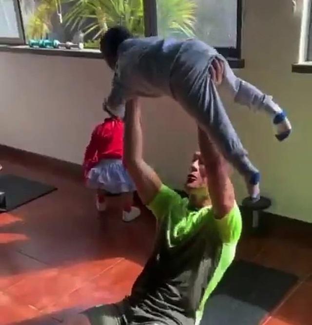 C.Ronaldo tập gym cùng… các con nhỏ - 1