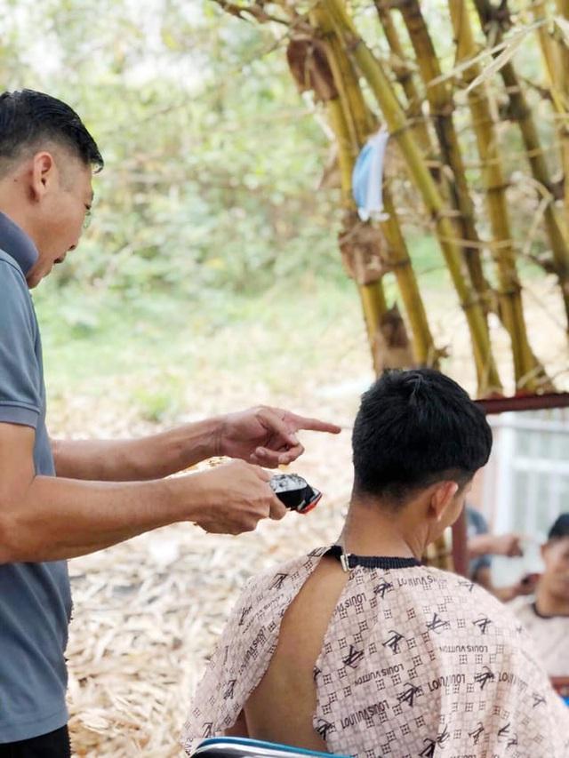 HLV Huỳnh Đức trổ tài cắt tóc cho học trò và trợ lý giữa mùa Covid-19 - 3