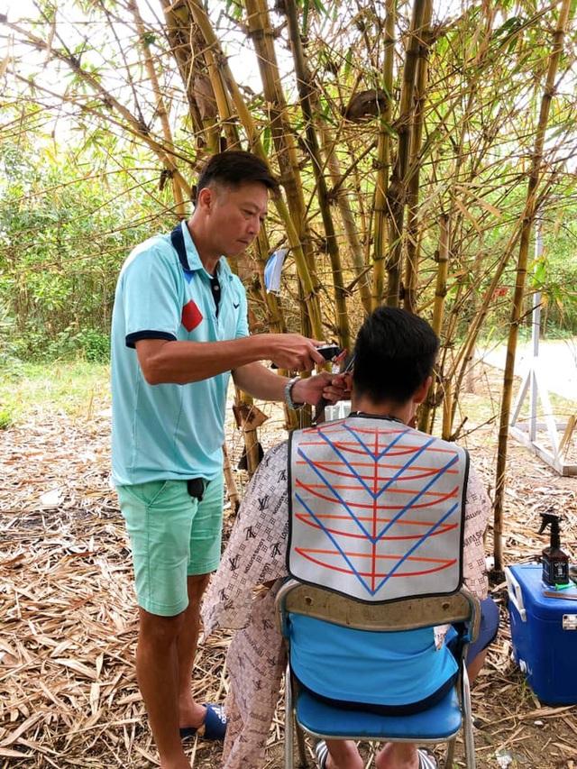 HLV Huỳnh Đức trổ tài cắt tóc cho học trò và trợ lý giữa mùa Covid-19 - 1
