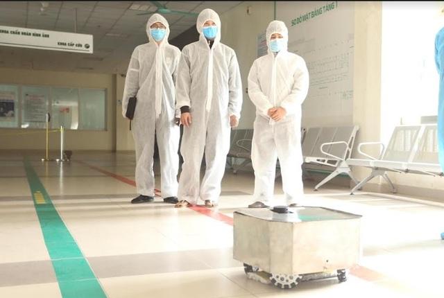Thử nghiệm robot lau sàn khử khuẩn phòng bệnh ở Bệnh viện Nhiệt đới - 2