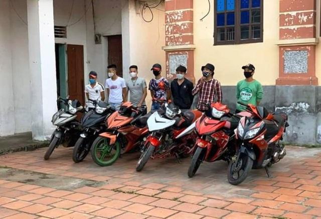 Phạt nhóm thanh niên đi xe máy không đeo khẩu trang - 1