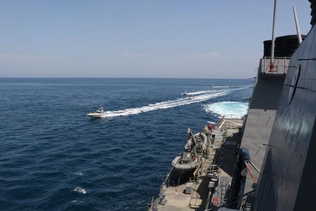 """Cận cảnh tàu Iran """"vây"""" dàn tàu chiến Mỹ tại vịnh Ba Tư - 1"""