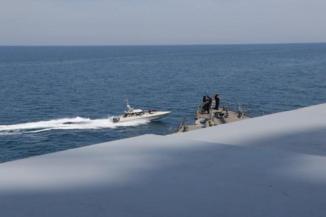 """Cận cảnh tàu Iran """"vây"""" dàn tàu chiến Mỹ tại vịnh Ba Tư - 2"""