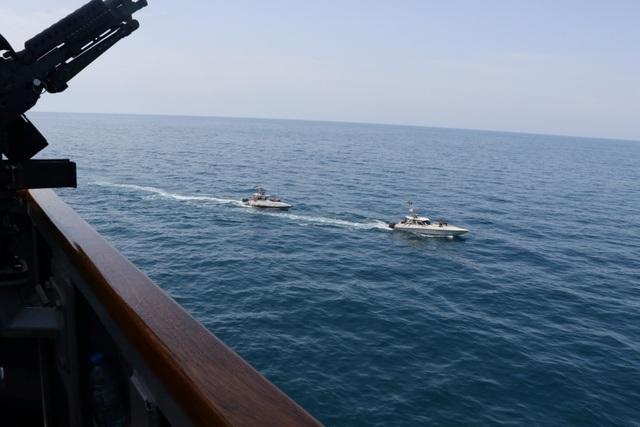 """Cận cảnh tàu Iran """"vây"""" dàn tàu chiến Mỹ tại vịnh Ba Tư - 3"""