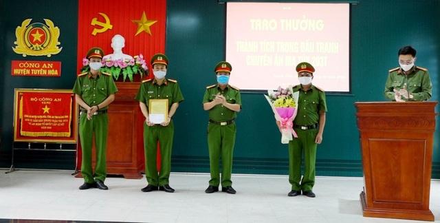 Khen thưởng nhiều đơn vị công an lập chiến công trong thời điểm dịch - 2
