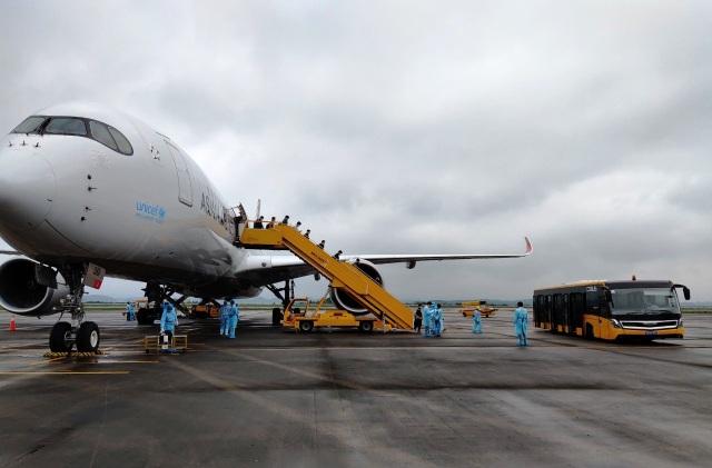 308 kỹ sư Samsung từ Hàn Quốc hạ cánh xuống sân bay Vân Đồn - 1
