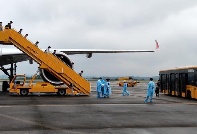 308 kỹ sư Samsung từ Hàn Quốc hạ cánh xuống sân bay Vân Đồn - 2