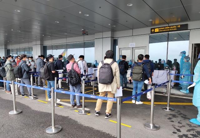 308 kỹ sư Samsung từ Hàn Quốc hạ cánh xuống sân bay Vân Đồn - 3