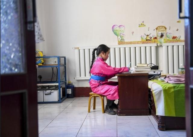 Cha mẹ chở con gái đi khắp hoang mạc tìm sóng di động để học trực tuyến - 1