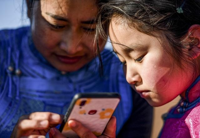 Cha mẹ chở con gái đi khắp hoang mạc tìm sóng di động để học trực tuyến - 10