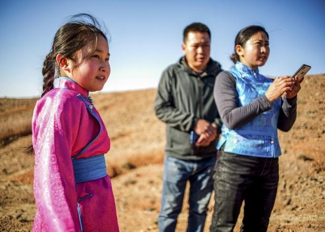 Cha mẹ chở con gái đi khắp hoang mạc tìm sóng di động để học trực tuyến - 11