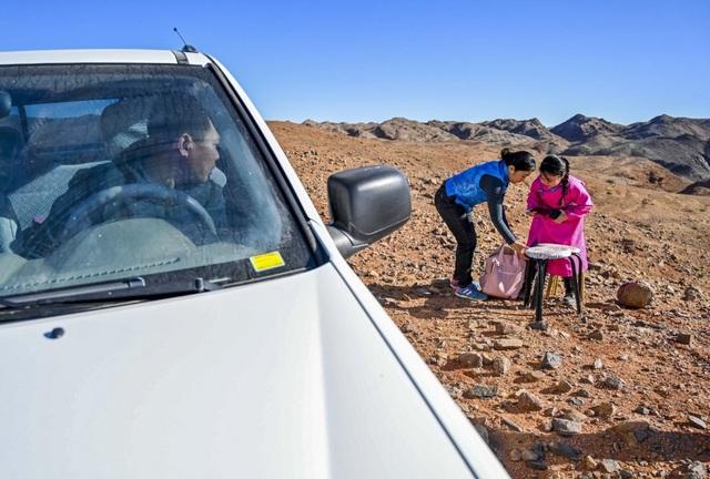 Cha mẹ chở con gái đi khắp hoang mạc tìm sóng di động để học trực tuyến - 4