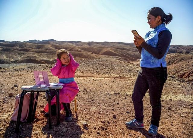 Cha mẹ chở con gái đi khắp hoang mạc tìm sóng di động để học trực tuyến - 5